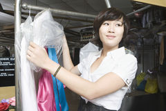 Счастливая женщина работая в прачечной Стоковые Изображения