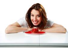 Счастливая женщина сидя на таблице с свежим тортом клубники стоковые фотографии rf