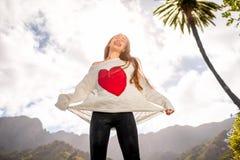 Счастливая женщина скача против неба стоковое фото