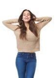 Счастливая женщина смеясь над с руками в волосах Стоковое Изображение
