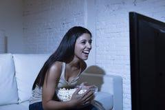 Счастливая женщина смотря телевидение на попкорне еды кресла софы счастливом excited наслаждаясь Стоковое Фото
