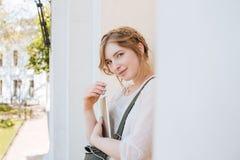 Счастливая женщина стоя и слушая к музыке от таблетки outdoors Стоковое Фото