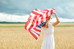 Счастливая женщина с американским флагом на поле хлопьев стоковые фотографии rf