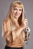 Счастливая женщина с большими ключами стоковое изображение rf