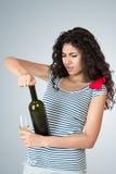 Счастливая женщина с бутылкой вина Стоковая Фотография
