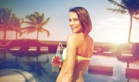 Счастливая женщина с бутылкой питья на пляже лета Стоковое Фото