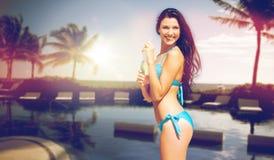 Счастливая женщина с бутылкой питья на пляже лета Стоковое фото RF