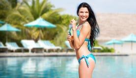 Счастливая женщина с бутылкой питья на пляже лета Стоковые Изображения