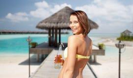 Счастливая женщина с бутылкой питья на пляже лета Стоковая Фотография RF