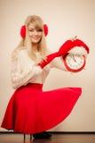 Счастливая женщина с будильником время конца рождества предпосылки красное вверх Стоковые Фото