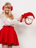 Счастливая женщина с будильником время конца рождества предпосылки красное вверх Стоковые Изображения