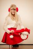 Счастливая женщина с будильником время конца рождества предпосылки красное вверх Стоковые Фотографии RF