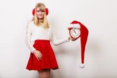 Счастливая женщина с будильником время конца рождества предпосылки красное вверх Стоковое Изображение