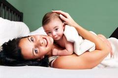 Счастливая женщина с ее младенцем стоковое фото rf