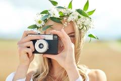 Счастливая женщина с камерой фильма в венке цветков Стоковые Фото