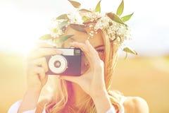 Счастливая женщина с камерой фильма в венке цветков Стоковое Изображение