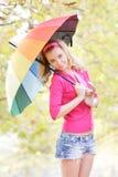 Счастливая женщина с красочным зонтиком в парке осени Стоковая Фотография