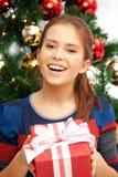 Счастливая женщина с подарочной коробкой и рождественской елкой Стоковая Фотография RF