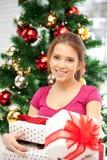 Счастливая женщина с подарочной коробкой и рождественской елкой Стоковые Изображения