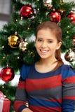 Счастливая женщина с подарочной коробкой и рождественской елкой Стоковое Изображение