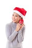 Счастливая женщина с подарочной коробкой рождества красной, белизной изолировала предпосылку Стоковые Изображения