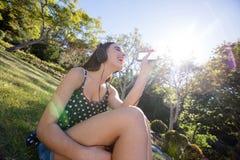 Счастливая женщина слушая к музыке на мобильном телефоне Стоковая Фотография RF
