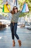 Счастливая женщина с хозяйственными сумками радуясь около Sagrada Familia Стоковое Фото