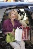 Счастливая женщина с хозяйственными сумками Стоковые Изображения RF
