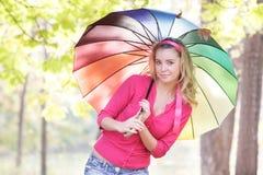 Счастливая женщина с цветастым зонтиком в парке осени Стоковая Фотография