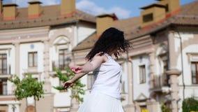 Счастливая женщина танцуя outdoors, замедленное движение Счастливая девушка наслаждаясь жизнью и танцуя в смеяться над танца крас акции видеоматериалы