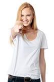 Счастливая женщина указывая на телезрителя Стоковые Изображения