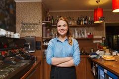 Счастливая женщина barista на кофейне стоковое изображение rf