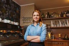 Счастливая женщина barista на кофейне стоковое фото rf