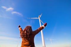 Счастливая женщина eco с руками вверх Стоковая Фотография RF