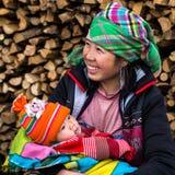 Счастливая женщина Hmong с младенцем, Sapa, Вьетнамом стоковое изображение