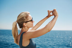 Счастливая женщина selfie фитнеса усмехаясь принимающ автопортрет Стоковое Изображение