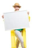 Счастливая жизнерадостная женщина держа пустую белую доску Стоковое фото RF