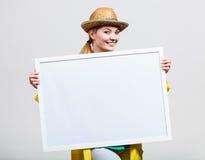 Счастливая жизнерадостная женщина держа пустую белую доску Стоковая Фотография