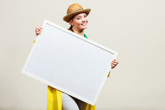 Счастливая жизнерадостная женщина держа пустую белую доску Стоковые Изображения RF