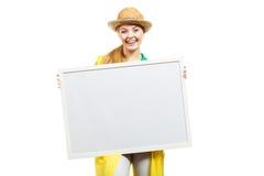 Счастливая жизнерадостная женщина держа пустую белую доску Стоковые Изображения