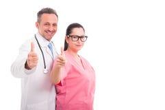 Счастливая жизнерадостная медицинская бригада показывает как знак Стоковое Изображение RF