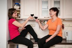 Счастливая жизнь - вино матери и дочери выпивая Стоковое Изображение RF