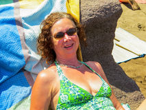Счастливая зрелая женщина в празднике Стоковое Фото