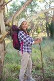 Счастливая зрелая женщина с рюкзаком и ручкой Стоковое Изображение