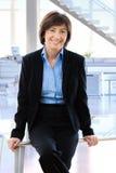 Счастливая зрелая коммерсантка в офисе стоковая фотография