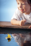 Счастливая игра мальчика в корабле лист стоковые фото