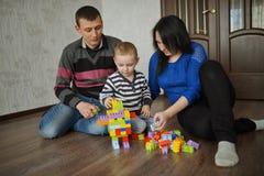 Счастливая игра семьи с кубами Стоковая Фотография