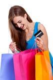 Счастливая изолированная молодая женщина с красочной визой хозяйственных сумок стоковое фото rf