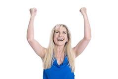 Счастливая изолированная середина постарела женщина в сини с руками вверх стоковое изображение