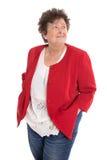 Счастливая изолированная старшая женщина нося красную куртку смотря косой стоковые изображения rf